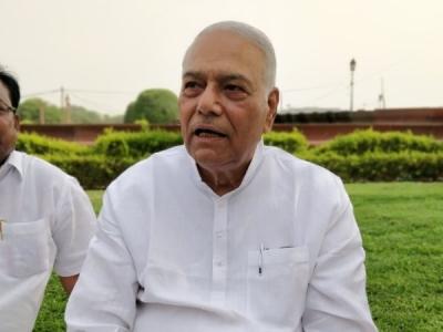 कर्नाटक: भाजपा के सरकार बनाने पर यशवंत सिन्हा धरने पर बैठे