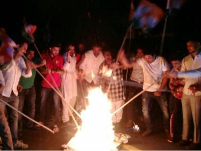 युवा कांग्रेस ने भाजपा के खिलाफ संसद के बाहर किया प्रदर्शन
