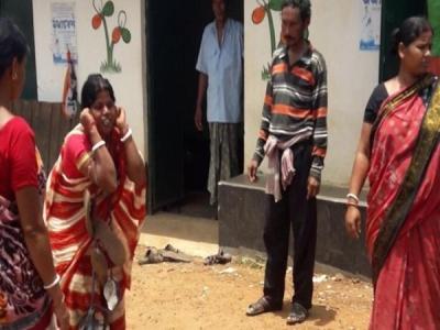 महिला ने किया TMC का विरोध, जूतों की माला पहनाकर घुमाया