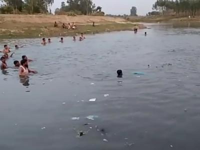 नदी में गिरा किशोर, पचास गोताखोर भी उसे नहीं बचा पाए