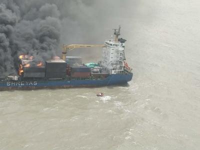 Video: आग की चपेट में आया जहाज, कोस्ट गार्ड ने बचाई जान