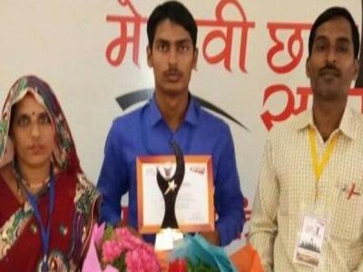 एक और टॉपर का चेक हुआ बाउंस, CM योगी ने पुरस्कार में दिया था