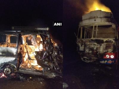 गुजरात: हादसे के बाद कार में लगी आग, 8 लोगों की मौत