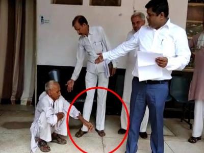 'मुझे अब मौत चाहिए' बोलकर SDM के पैरों पर गिर पड़ा बुजुर्ग