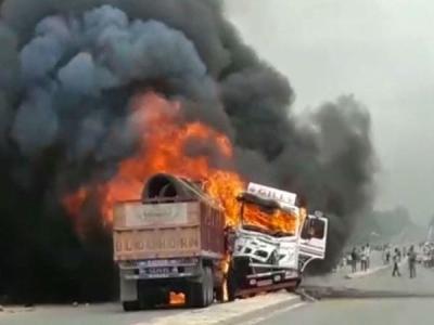 हरदोई में सामने से टकरा गए दो ट्रक, एक की जिंदा जलकर मौत