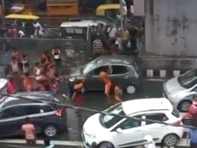 दिल्ली में कांवड़ियों की गुंडागर्दी, मूकदर्शक बनी रही पुलिस