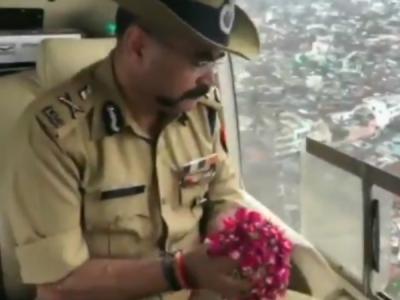 VIDEO:एडीजी ने हेलीकॉप्टर से कांवड़ियों पर की फूलों की वर्षा