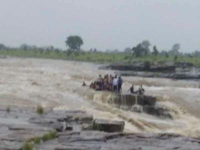 झरने में अचानक बाढ़ आने से बहे 12 लोग, 30 अब भी फंसे