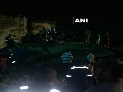 अहमदाबाद मे 4 मंजिला इमारत गिरने से 10 लोगों होने की दबे