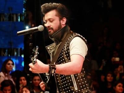 पाकिस्तानी समारोह में 'भारतीय' गाना गाने पर ट्रोल हुए आतिफ