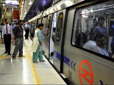 फर्श पर बैठने वालों से दिल्ली मेट्रो ने वसूला 38लाख जुर्माना