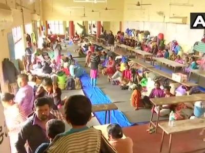 केरल में राहत सामग्री चोरी करते पकड़े गए दो अधिकारी