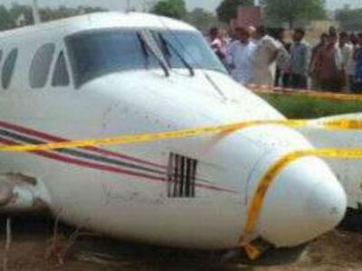 राजस्थान में रनवे से उतरा विमान, दीवार से जा टकराया