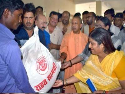 सीएम योगी के हाथों बांटा गया बाढ़ पीड़ितों को सड़ा खाना
