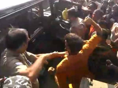 कांवड़ियों ने डायल 100 वाहन को तोड़ा, पुलिसकर्मियों को पीटा
