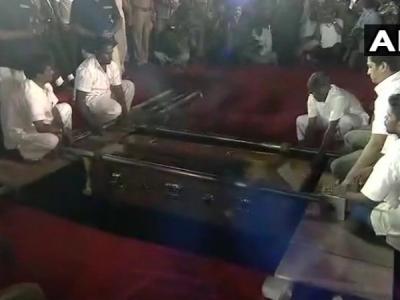 DMK प्रमुख करुणानिधि का राजकीय सम्मान के साथ अंतिम संस्कार