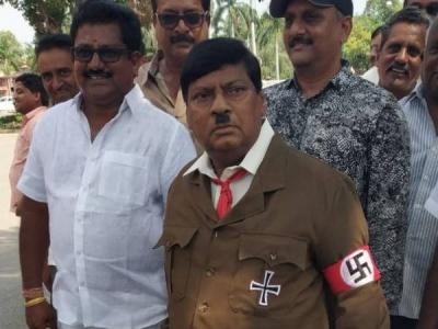 जब संसद में नजर आए 'हिटलर', लोगों ने जमकर खिंचाई तस्वीरें