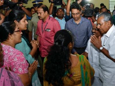 केरल: राहत शिविर में पहुंचे CM, लोगों का फूटा गुस्सा