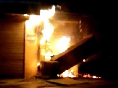 यूपी के बिजनौर में धू-धूं करके जल उठा एटीएम, देखें वीडियो