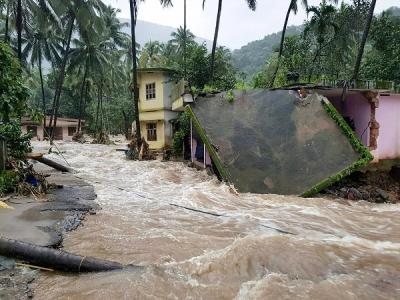 केरल में बारिश और बाढ़ से किस कदर मची है तबाही, 10 तस्वीरें