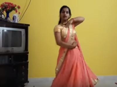 भोजपुरी गानों पर लड़की का बंद कमरे में डांस, वीडियो वायरल