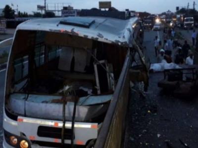 गलत साइड से ओवरटेक कर रही बस खड़े ट्रक में जा घुसी, 3 की मौत