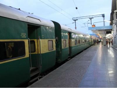 नशे में सोता रहा स्टेशन मास्टर,सिग्नल के खड़ी रही ट्रेनें