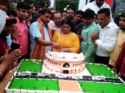 यूपी: संसद भवन का केक काटना बीजेपी नेता को पड़ेगा महंगा