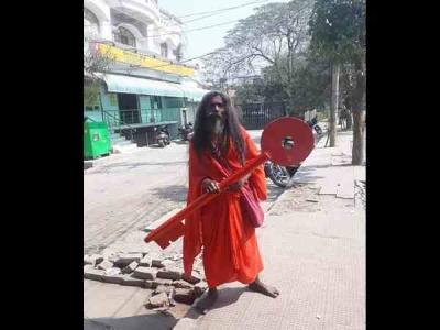 प्रयागराज कुंभ: 20 किलो की चाभी लेकर साथ चलते हैं बाबा