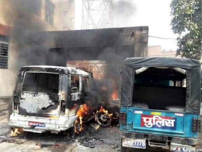 कैमूर में युवती की मौत के बाद भड़की भीड़, थाने में लगाई आग