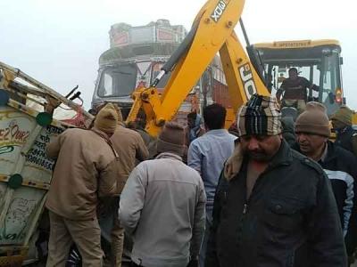 घने कोहरे में वाहनों की टक्कर, 4 व्यापारियों की दर्दनाक मौत