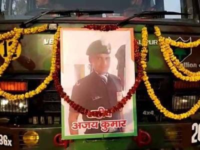शहीद अजय कुमार की अंतिम यात्रा पर लोगों ने बरसाये फूल