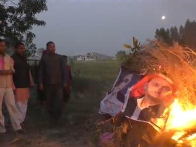 बुआ और बबुआ की फोटो जलाकर भाजपा समर्थकों ने किया होलिका दहन