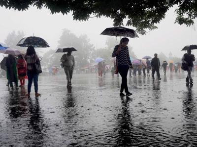 #mumbairains: घरों में ही रहें, मोबाइल चार्ज रखें- प्रशासन की अपील