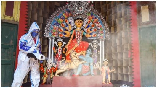घर से लाइव देखें, पंडाल में कैसे मनाई जा रही है दुर्गा पूजा