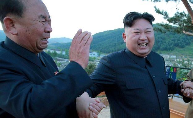 उत्तर कोरिया: किम जोंग-उन के दो अधिकारियों...