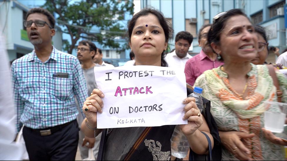 कोलकाताः डॉक्टरों की हड़ताल, राजनीति में उफान, मरीज हलकान