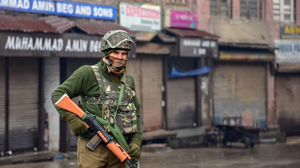 नज़रबंद नेताओं के बीच कश्मीर में कैसे...