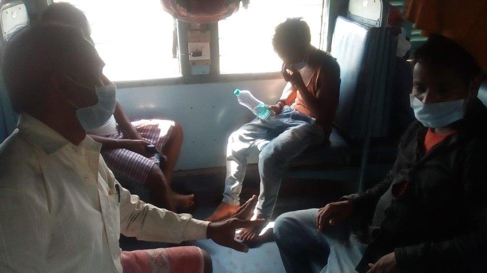 कोरोना लॉकडाउन: तेलंगाना से झारखंड जा रही ट्रेन में सवार मज़दूरों का हाल